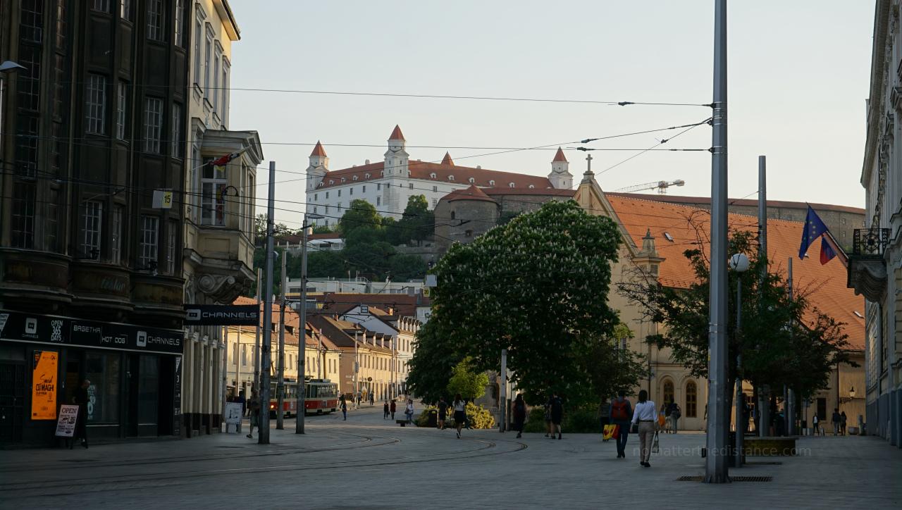 Zwiedzanie Bratysławy - widok na Zamek ze Starego Miasta