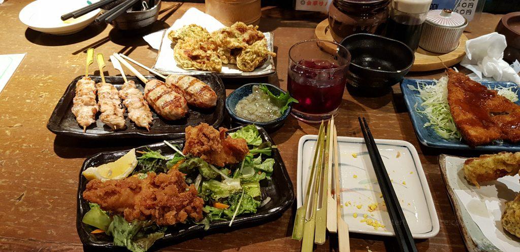 stacja Sapporo - wiele miejsc do zjedzenia typowych japońskich potraw