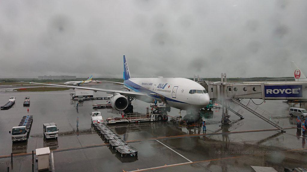 Boeing 777-300ER do Sapparo, zaparkowany przy gate